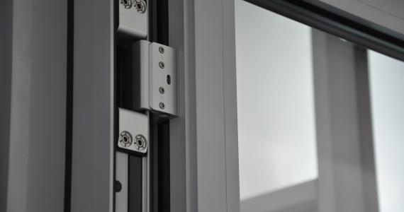 Входные алюминиевые двери со скрытыми петлями Dr. Hann