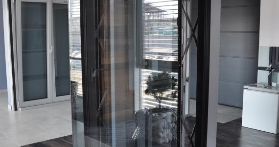 Фасадне алюмінієве вікно з паралельно-відставним відкриванням